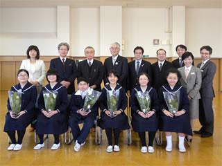 附属小学校贈呈式(後列左から3人目が森岐阜大学長)
