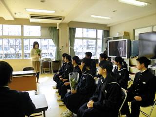 矢野技術職員から育て方の説明を受ける附属中学校生徒