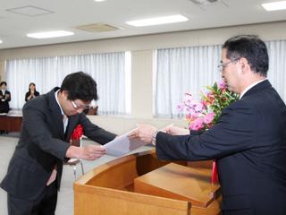 中井学長から小山教授に表彰状授与