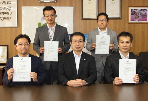(下段左から)小山教授、中井学長、高貝准教授、(上段左)高橋教授、(上段右)和田准教授